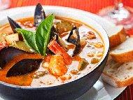 Рецепта Рибена супа от морски дарове (сьомга, миди и скариди) с картофи, моркови и домати